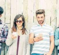 El uso constante de celulares está generando una protuberancia en la base del cráneo, según un científico en Australia.