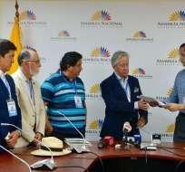 GUAYAQUIL, Ecuador.- Jorge Rodríguez entregó documentos sobre presunta inscripción irregular del presidente del CPCCS. Foto: API