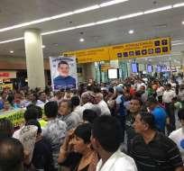 GUAYAQUIL, Ecuador.- El funcionario fue recibido en el aeropuerto por decenas de simpatizantes. Foto: Ecuavisa