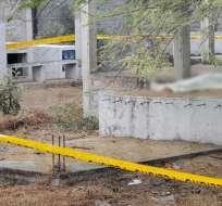 Hallan el cuerpo de una mujer sobre una tumba en El Oro. Foto: Twitter