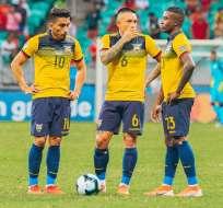 Ángel Mena, Cristian Ramírez y Jhegson Méndez, previo a un tiro libre.