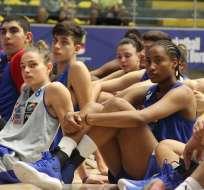 Karla Benítez (de azul) junto al resto de las participantes. Foto: Baloncesto Ecuador.