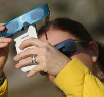 Proteger la lente de la cámara o celular es importante, pero tus ojos también.