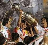 Pato Urrutia, capitán 'albo' levantando el trofeo.