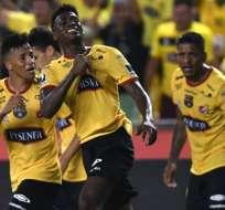 Félix Torres, celebra haciendo puño el escudo de la camiseta de BSC.