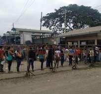 GUAYAQUIL, Ecuador.- Familiares de los reos presentaron una solicitud de los internos. Foto: Diego Cuenca