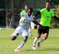 Erick Castillo (de blanco) en un amistoso de Santos.