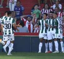 Marcelo Torres festejando un gol con sus compañeros en Banfield.