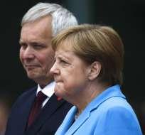 Merkel vuelve a temblar durante un acto público. Foto: AP