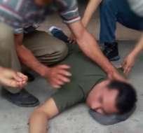 MANABÍ, Ecuador.- Dos hombres a bordo de una moto dispararon e hirieron al funcionario, luego huyeron. Foto: Captura del video