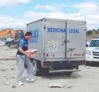LATACUNGA, Ecuador.- La Policía trasladó el cuerpo hasta una morgue de la ciudad. Foto: La Hora