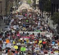 CHICAGO, EEUU.- Miles de personas protestaron contra las políticas migratorias de Trump. Foto: AP