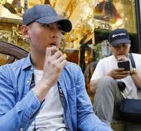 La medida aplicará a la venta de productos de tabaco tradicionales así como a cigarrillos electrónicos y vapeadores. Foto: AP