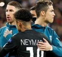 Neymar saludando a CR7.