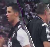 Cristiano Ronaldo saliendo del campo.
