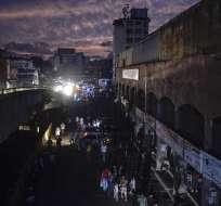 Un apagón masivo dejó a la ciudad y a otras partes del país sin electricidad, en Caracas, Venezuela. Foto: AFP