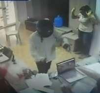 MILAGRO.- Los delincuentes amedrentaron a los empleados con armas de fuego. Foto: Captura de video