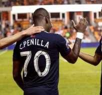 Penilla festeja uno de sus goles con su equipo.