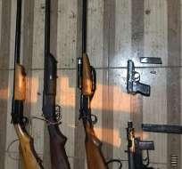 PEDERNALES.- Como evidencias se decomisaron 5 armas de fuego, municiones y 2 alimentadoras. Foto: Policía Nacional