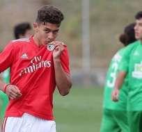 Sarmiento en un duelo con Benfica.
