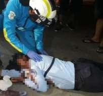 GUAYAQUIL, Ecuador.- Según testigos, sujetos a bordo de una moto le dispararon afuera de la cárcel de mujeres. Foto: Cortesía