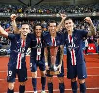 Di María con la copa de la Supercopa de Francia.
