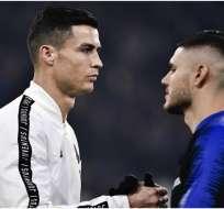 Cristiano Ronaldo saludando a Mauro Icardi previo a un duelo.