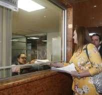 QUITO, Ecuador.- Lourdes Cuesta y Roberto Gómez entregaron la solicitud con 42 firmas de respaldo. Foto: API