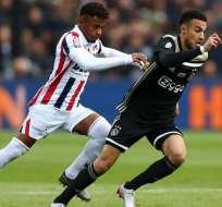 'Chiqui' Palacios (blanco) en un partido ante el Ajax.