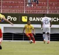 El jugador de Liga de Quito obsequió su playera tras el partido ante Aucas. Foto: API