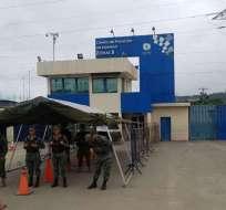 GUAYAQUIL, Ecuador.- Durante este periodo los militares ejecutaban controles en los exteriores de las cárceles. Foto: API