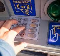 Si usa tarjeta de débito para retirar dinero en un cajero de su mismo banco, esta transacción no tiene costo. Foto: Pixabay.
