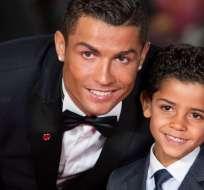 Cristiano Ronaldo junto a su hijo.