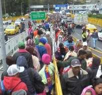 La fila con miles de venezolanos se extiende por cuadras. Foto: Paola Andrade