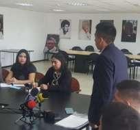 QUITO, Ecuador.- Representantes de exguías penitenciarios entregan solicitud en la Defensoría del Pueblo. Foto: API