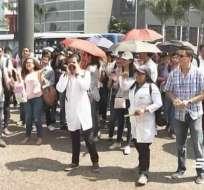 Alumnos de la U. de Guayaquil protestaron en exteriores de Coordinación de Salud. Foto: Captura