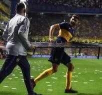 Jugador de Boca corre con la camilla para Cruz. Foto: Twitter Olé.