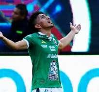 Ángel Mena celebra su gol de esta noche.