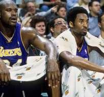 Shaquille O'neal sentado junto a Kobe Bryant.