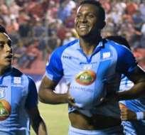Estrada festejando un gol con Macará.