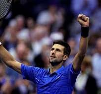 Djokovic festeja levantando los brazos.