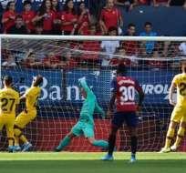 Estupiñán (30) mira atento un gol del FC Barcelona.