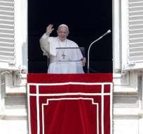 Papa Francisco auxiliado por bomberos tras quedarse en ascensor. Foto: AP