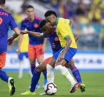 Neymar ante la marca de rivales colombianos. Foto: Twitter Brasil.