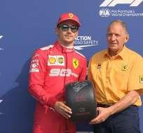 Leclerc recibe el trofeo por haber logrado la pole. Foto: Twitter F1.