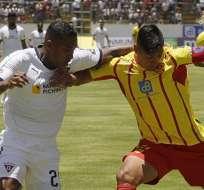 Antonio Valencia (izquierda), lucha el balón ante Luis Romero de Aucas. Foto: Twitter Aucas.