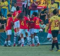 Jugadoras de Deportivo Cuenca celebran ante la mirada de una futbolista amarilla. Foto: Twitter Superliga Femenina.
