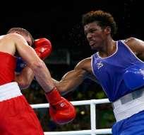 Carlos Mina (azul) en una pelea. Foto: Vistazo.