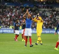Varane (4) saluda a los hinchas. Foto: Twitter Selección de Francia.