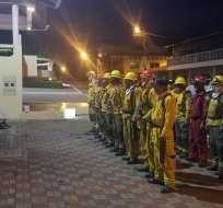 Bomberos de las provincias de Loja, Azuay y Zamora Chinchipe colaboran en la emergencia. Foto: Riesgos Ec